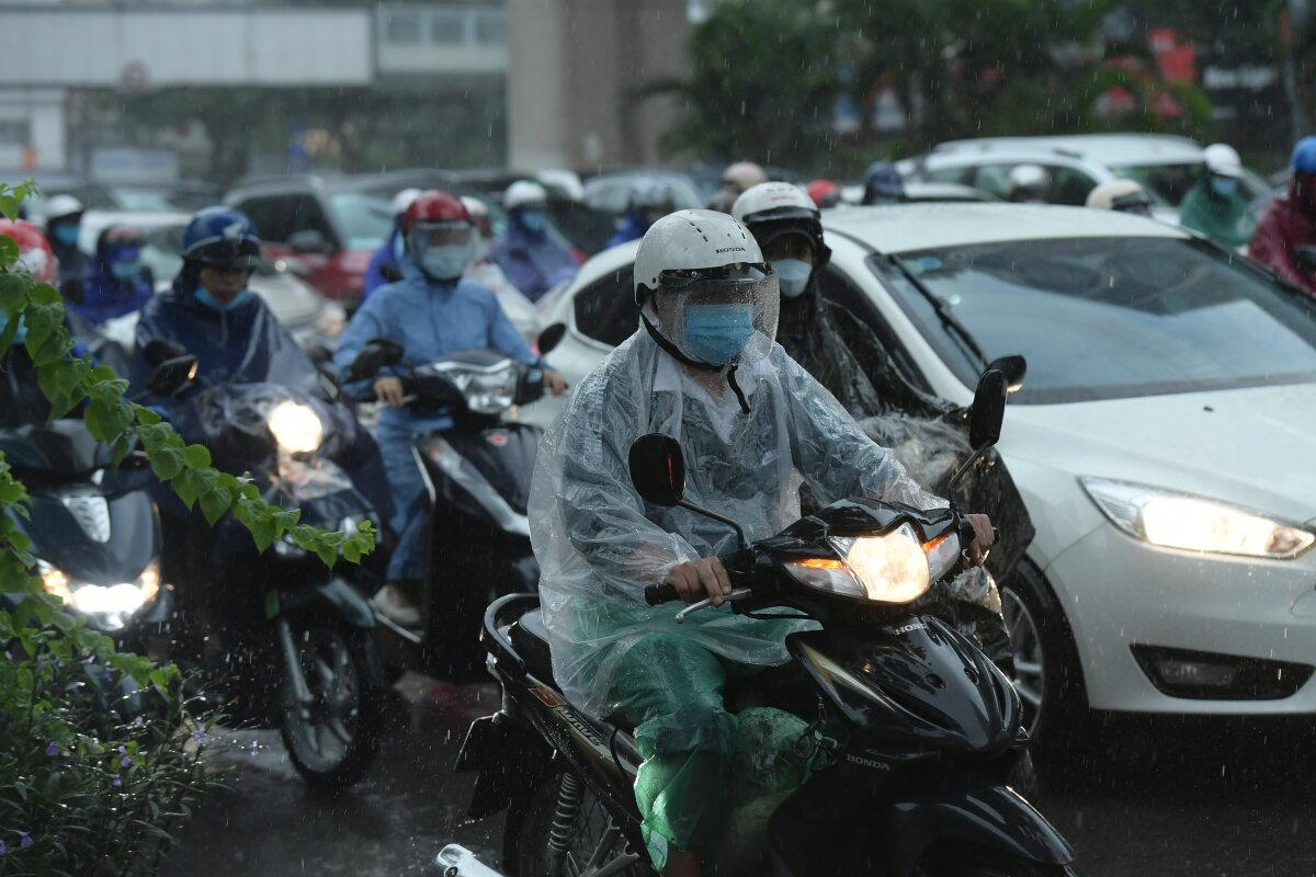 Heavy rain makes it difficult for city dwellers to travel to work.