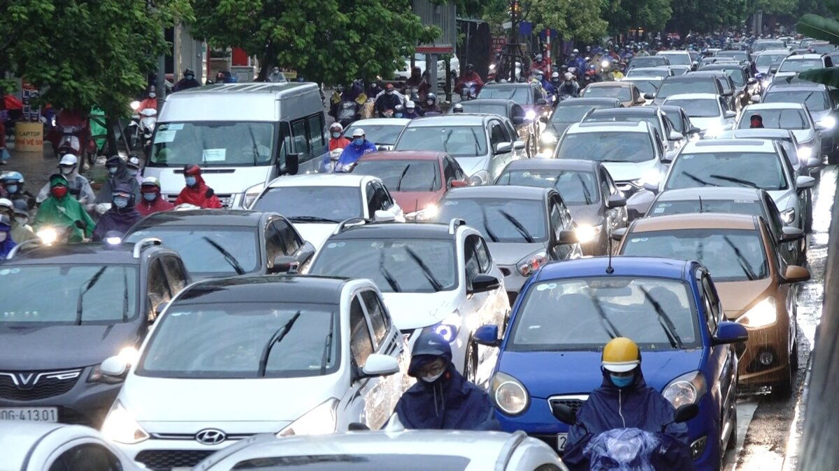 The Nguyen Xien - Khuan Duy Tien Crossroad in Thanh Xuan District is packed with commuters.