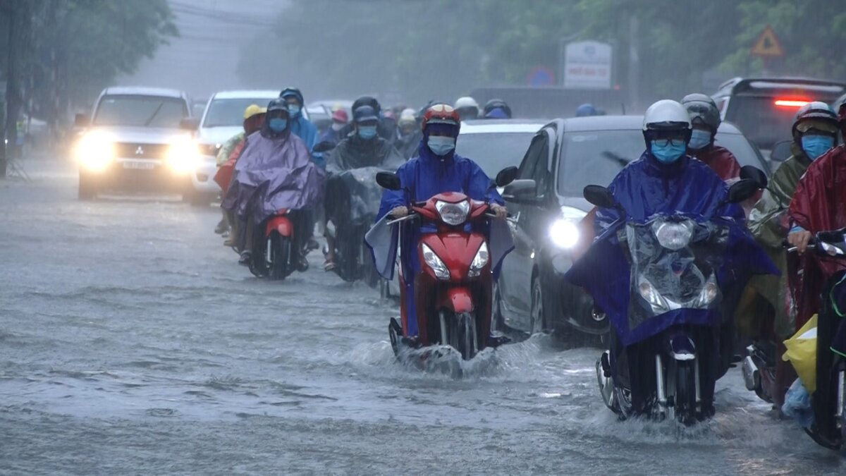 Prolonged rain caused floods in Phung Hung Street of Ha Dong District.In Hanoi, heavy rains were observed from Saturday afternoon to Monday.