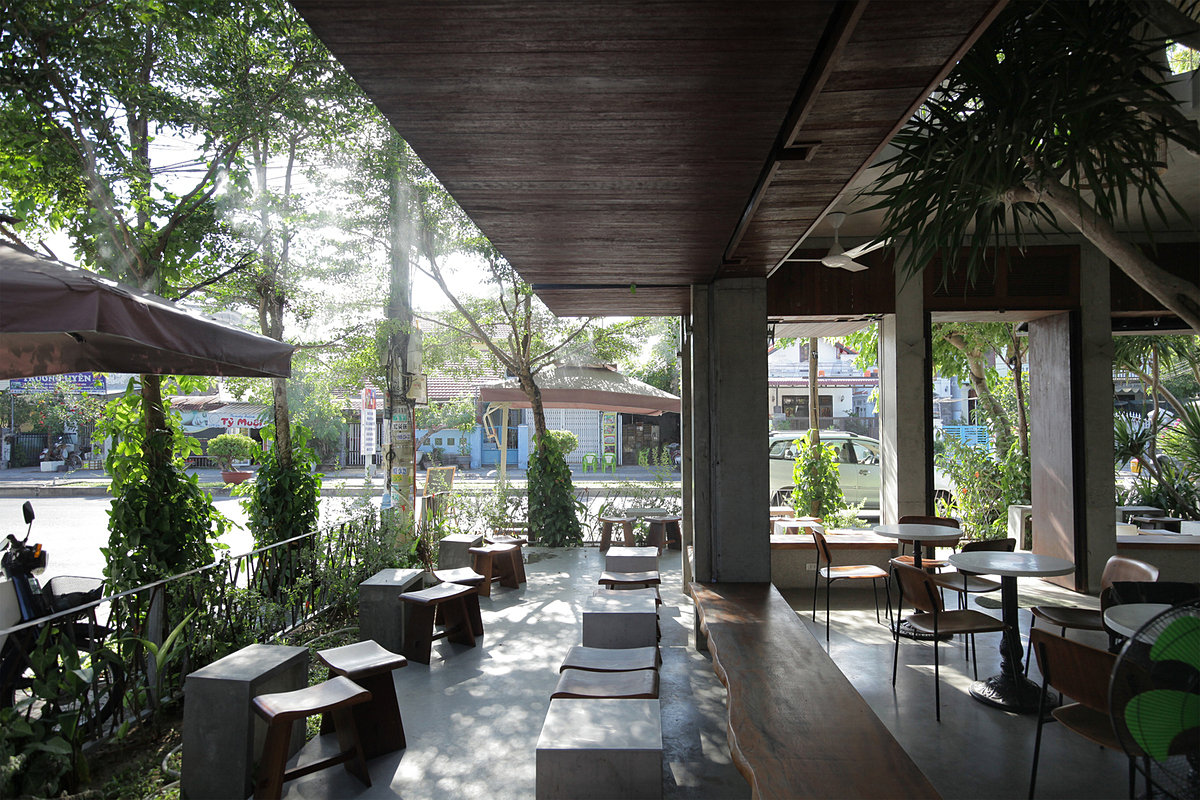 The 50-square-meter outdoor area resembles a small garden surrounded by trees, shrubs, and some types of vines. The trees provide shade and fresh, clean air.