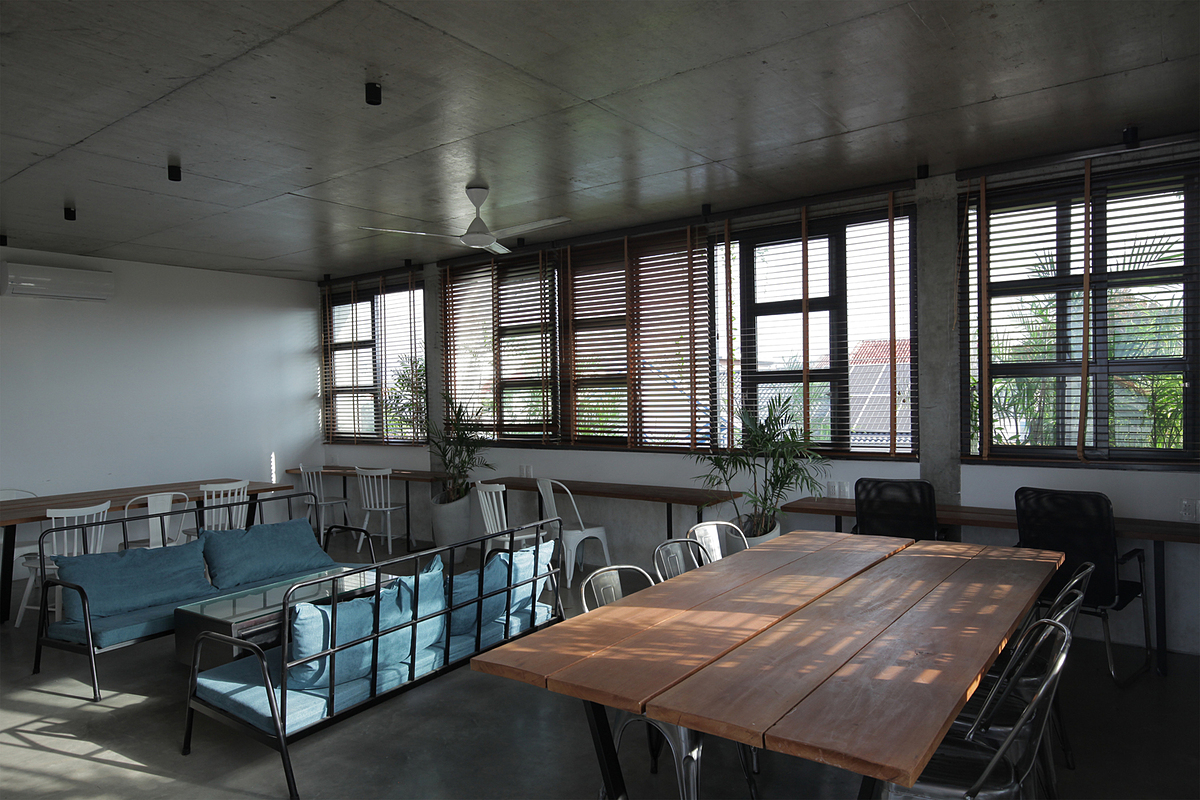 The third floor boasts a quiet atmosphere and is designed like a 'co-working space' dedicated to those looking for a place to work, study in groups, or read.
