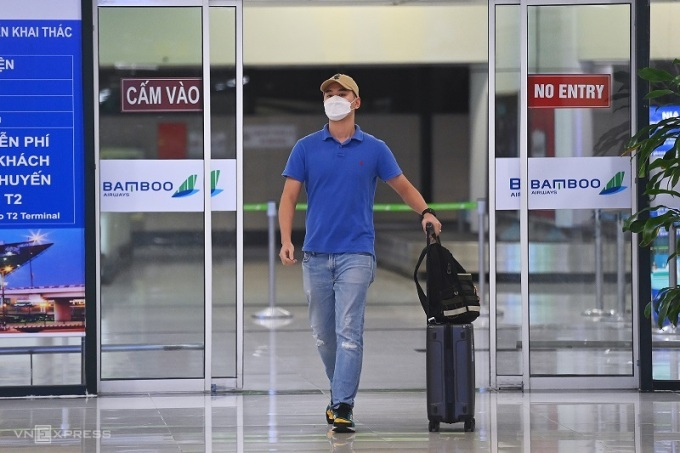 Nguyen Hai Long walks with his luggage inside Noi Bai Airport, Hanoi on October 11 2021. Photo by VnExpress/Giang Huy.