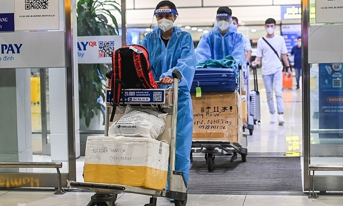 Passengers arrive in Noi Bai Airport on a flight from HCMC, Oct. 11, 2021. Photo by VnExpress/Giang Huy