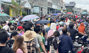 Binh Duong vaccination sites flooded with people seeking second Covid shot