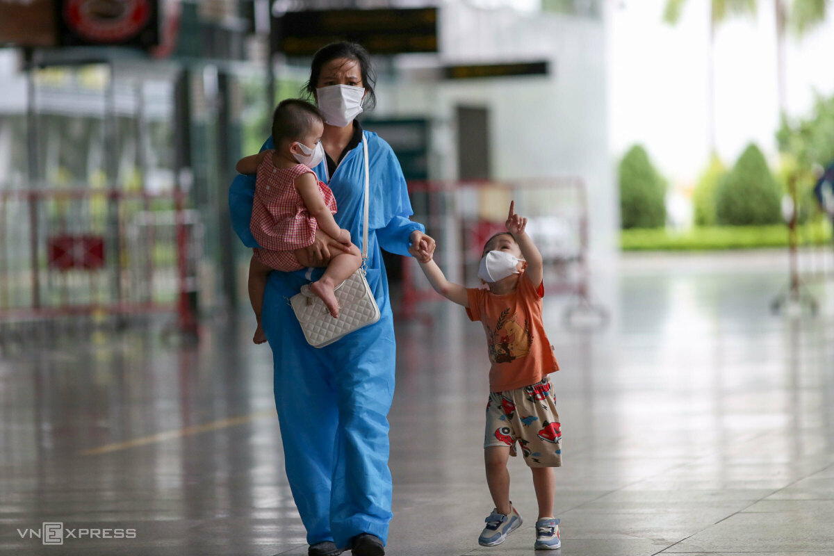 Two flights on Oct. 12 brought 321 Da Nang residents and 20 healthcare workers working in southern localities home.  According to Phong, two Da Nang families losing their loved ones to the pandemic has brought the urns home on these flight. Previously, the local authorities took more than 10 urns of Da Nang residents dying of Covid in HCMC homes by cars.