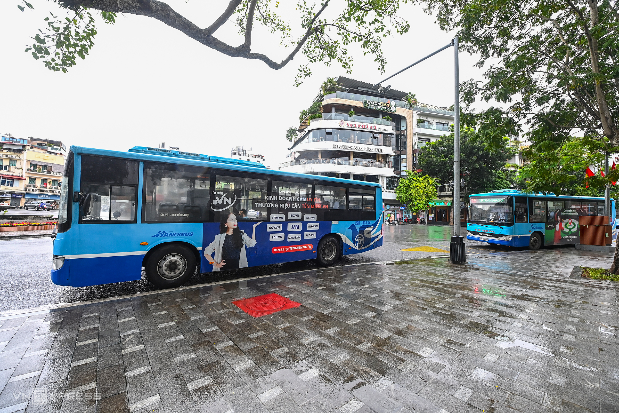 Buses empty as Hanoians flock to cafes, eateries