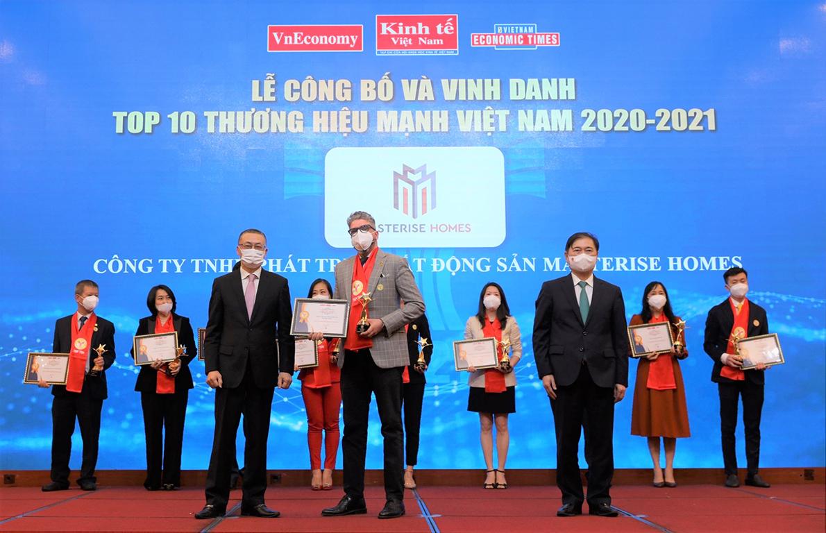 Gibran Bukhari, head of Sales, Masterise Homes receives the award. Photo by Vietnam Economic Magazine