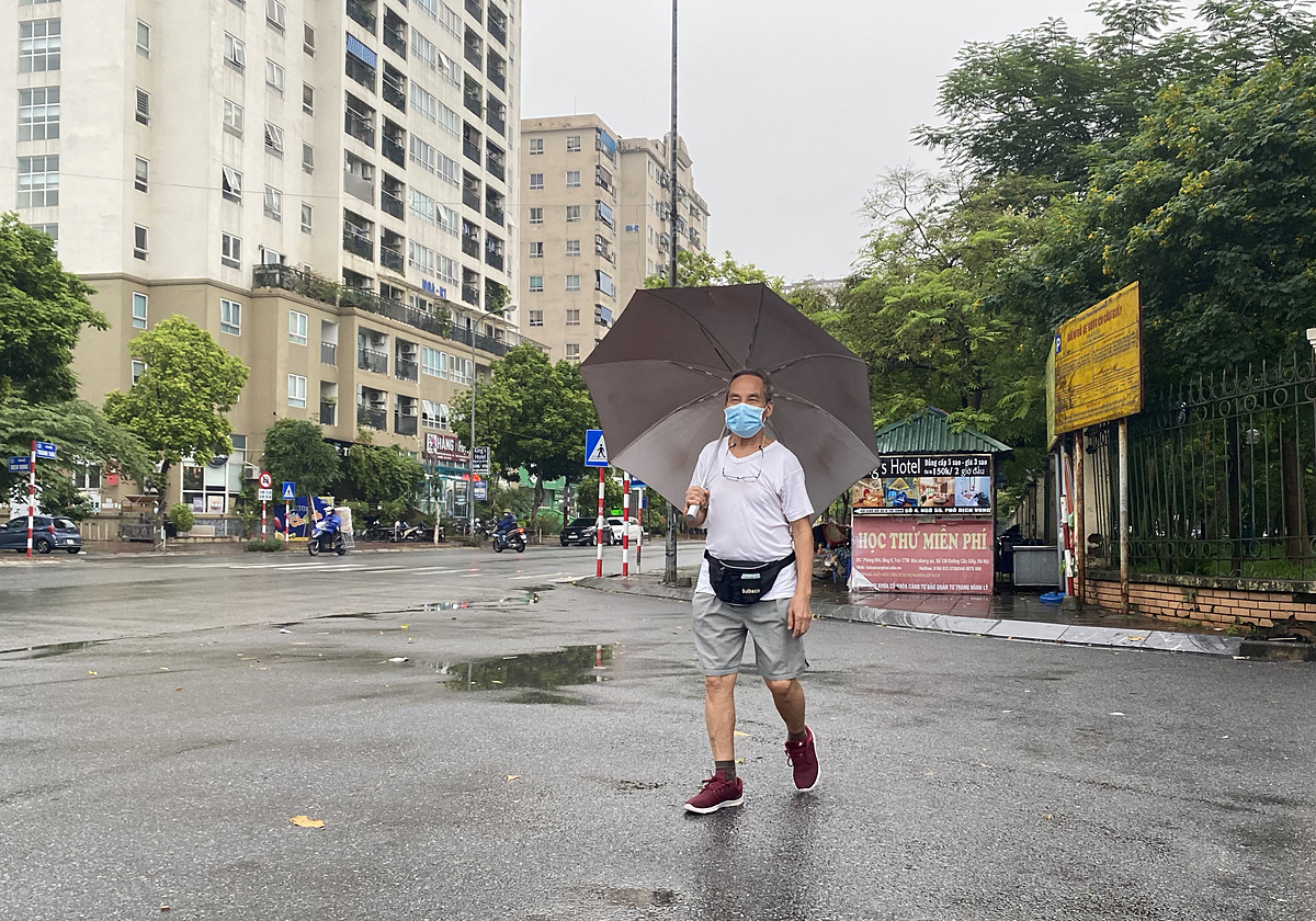 Pham Dinh Trong walks down the street near Cau Giay Park on Oct. 13, 2021. Photo by VnExpress/Quynh Nguyen