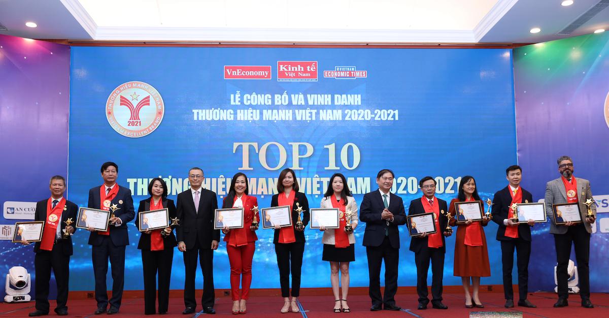 The list of Vietnams Top 10 Excellent Brands 2021 comprises Masterise Homes, Vietcombank, VietinBank, Techcombank, Vingroup, Sun Group, Masan, Vinamilk, Viettel and VNPT. Photo by Vietnam Economic Magazine