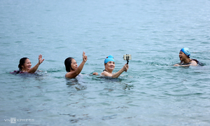 Beaches in Nha Trang, Vung Tau bustle after swimming ban lifted