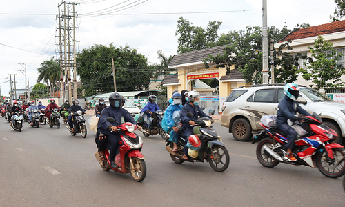 Laborers return to Vietnam's southern industry hubs post lockdown