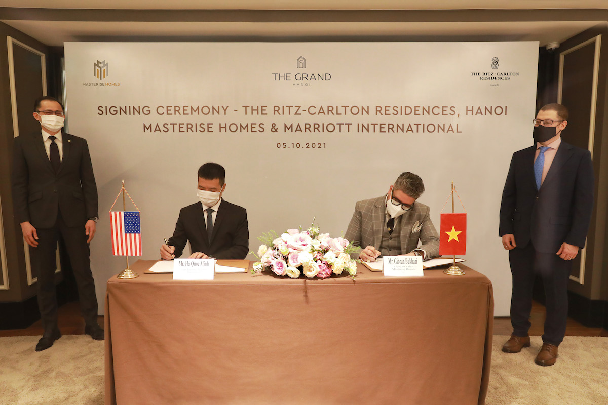 On October 5, Masterise Homes and Marriott International announced the signing of an agreement to launch the Ritz-Carlton luxury apartment project in Hanoi. The boutique real estate project marks the first appearance of the Ritz-Carlton brand in Hanoi, expected to come into operation in the fourth quarter of 2023.  Marriott International Group Representative in Vietnam Mr. Ha Quoc Minh (left) & Masterise Homes Representative Mr. Gibran Bukhari – Sales Director (right) signed the signing ceremony with the witness of the US Embassy in Vietnam. Vietnam Representative of Marriott International in Vietnam - Mr. Ha Quoc Minh (left) and Masterise Homes representative - Mr. Gibran Bukhari, Head of Sales (right) joined the signing ceremony with the witness of the US Embassy in Viet Nam. Photo: Masterise Homes
